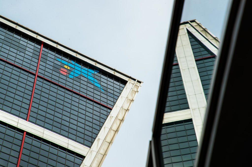 CaixaBank luce en las torres Kio