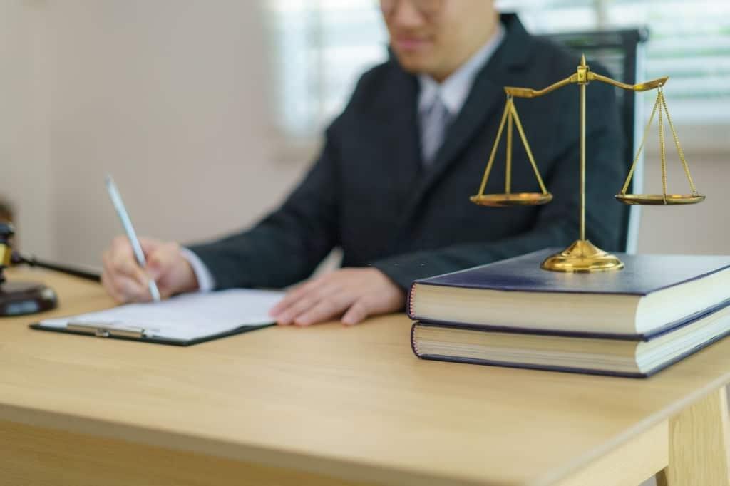 Juez dictando una sentencia favorable a la reclamación de gastos hipotecarios